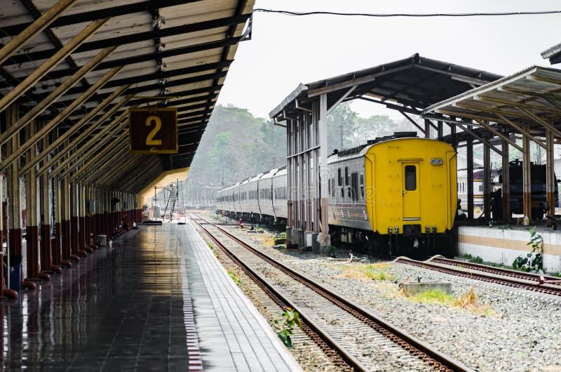 Ferrocarril y plataforma 2 con la niebla fotos de archivo