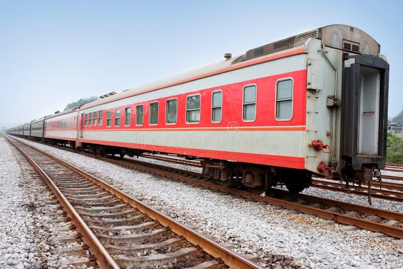 Ferrocarril y tren imagen de archivo