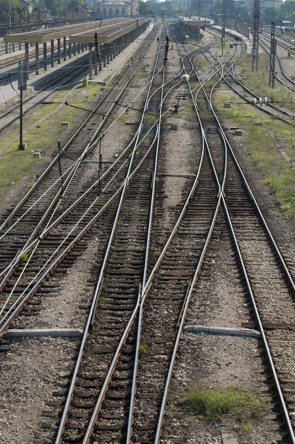 Ferrocarriles en la estación imagen de archivo libre de regalías