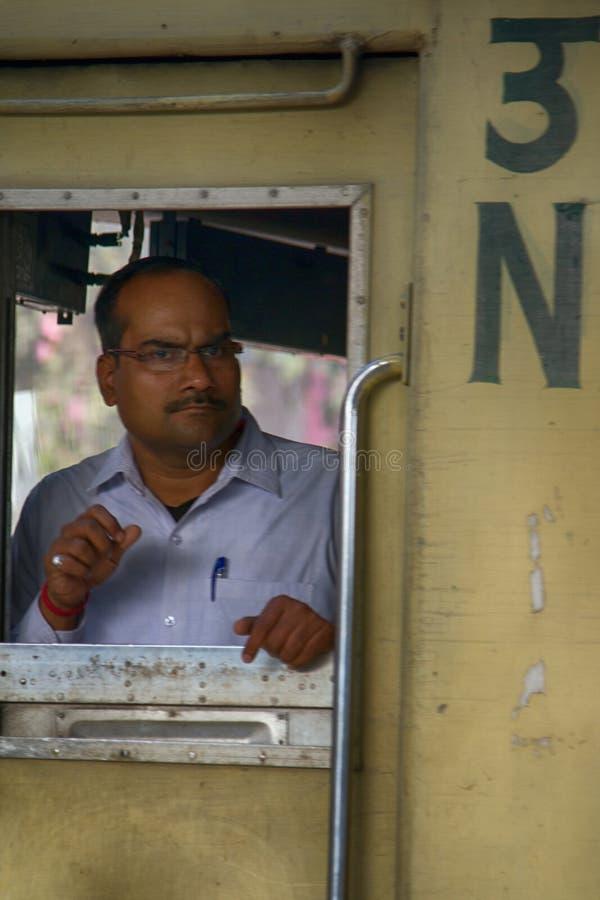 Ferrocarriles indios Estaciones, trenes, plataformas y pasajeros fotos de archivo