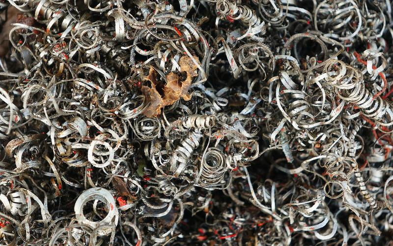 Ferrous zeskrobani metale, metali golenia przy warsztatem obrazy stock