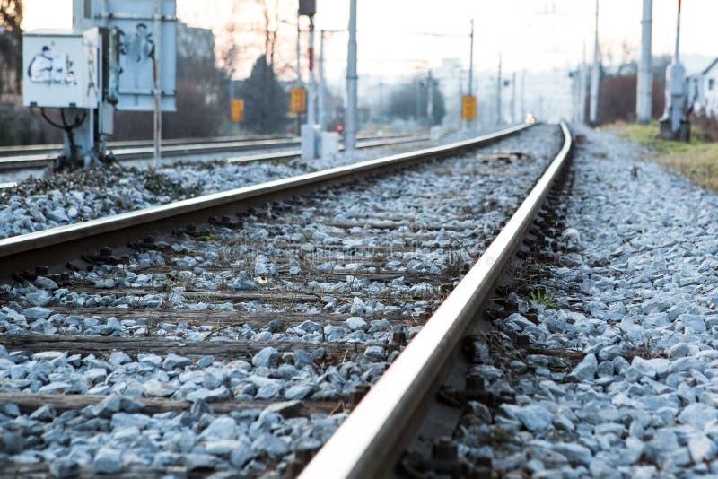 Ferrovia al crepuscolo serale da qualche parte nelle campagne fotografia stock