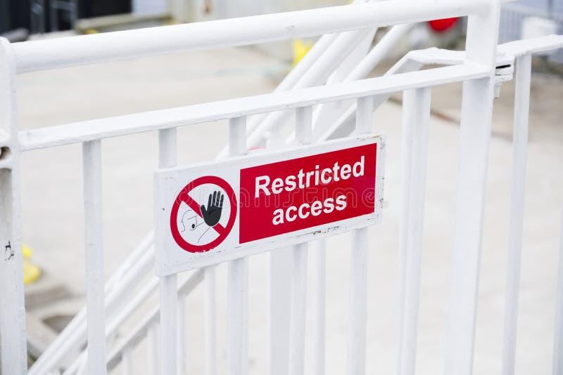 Ferrovia bianca del segno limitato di accesso sulla nave del traghetto immagini stock