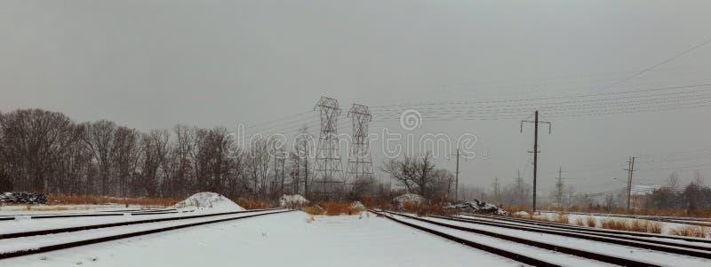 Ferrovia coperta di neve Mattina di inverno della ferrovia fotografia stock