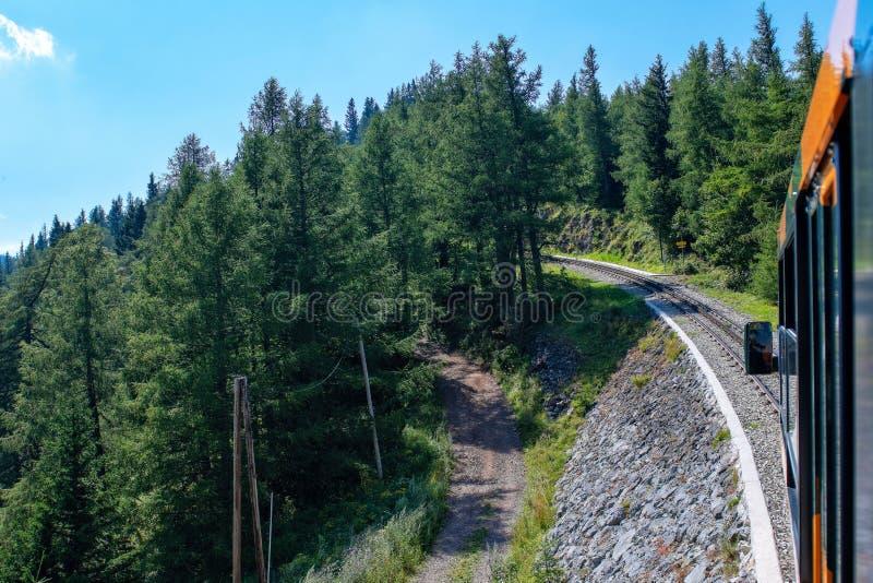 Ferrovia a cremagliera unica alla cima della montagna di Schneeberg nelle alpi austriache Vista dal treno immagine stock libera da diritti