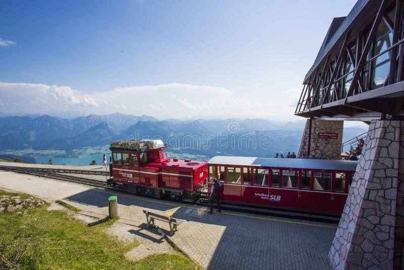Ferrovia diesel del treno che va al picco di Schafberg (1783m) in st Wolfgang fotografia stock libera da diritti
