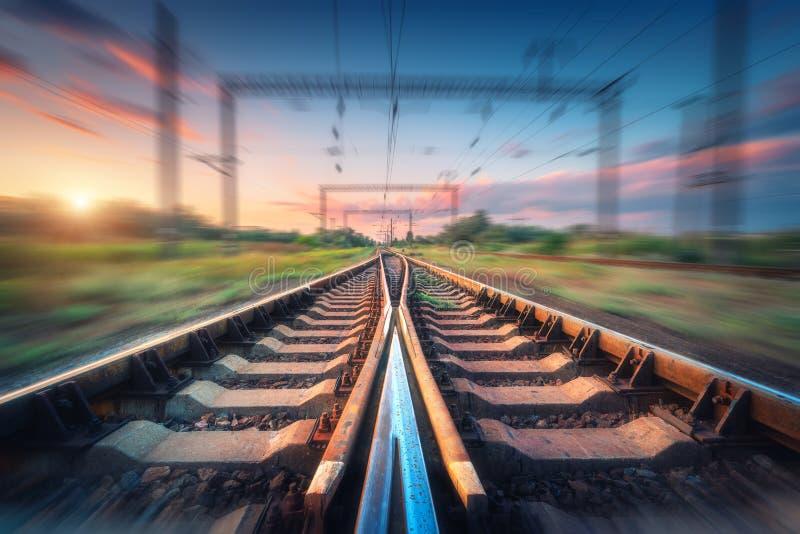 Ferrovia e bello cielo al tramonto con effetto del mosso fotografia stock libera da diritti