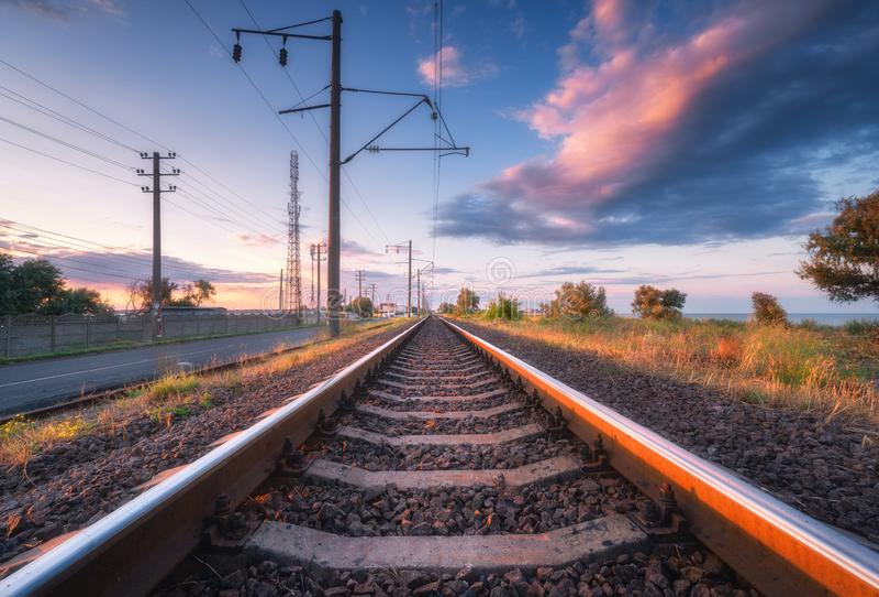 Ferrovia e bello cielo al tramonto di estate industriale immagini stock