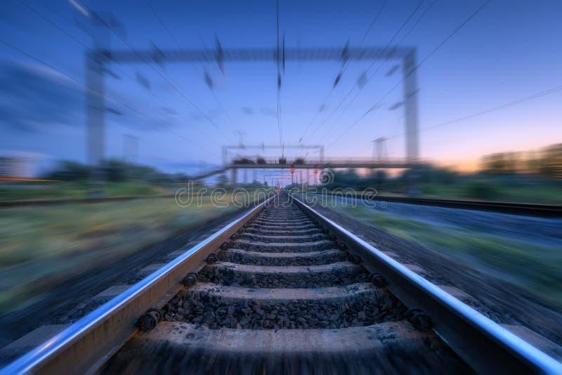 Ferrovia e cielo blu di tramonto con le nuvole con effetto del mosso immagini stock libere da diritti