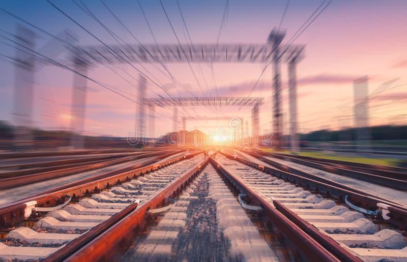 Ferrovia e cielo rosa con effetto del mosso al tramonto immagine stock