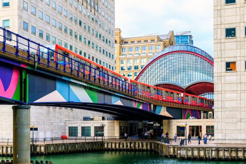 Ferrovia leggera dei Docklands in Canary Wharf, distretto finanziario della L fotografia stock libera da diritti