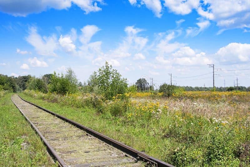 Ferrovia nel campo fotografie stock