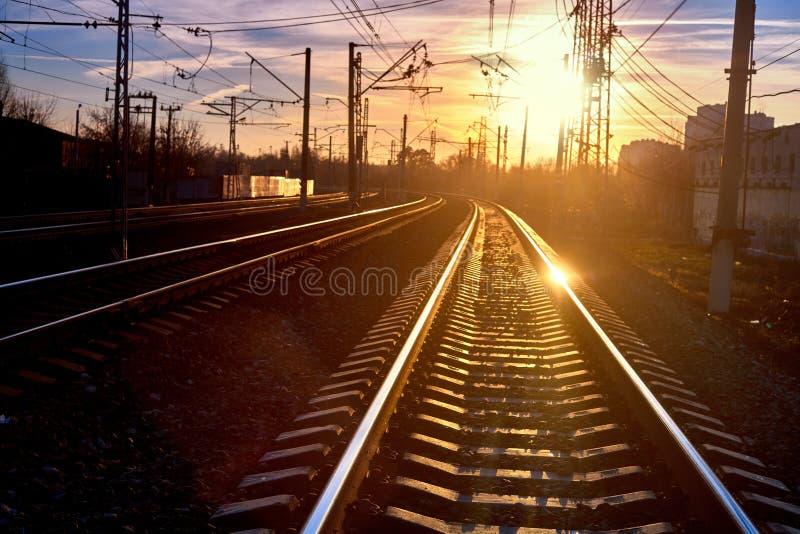 Ferrovia nel moto al tramonto fotografie stock libere da diritti