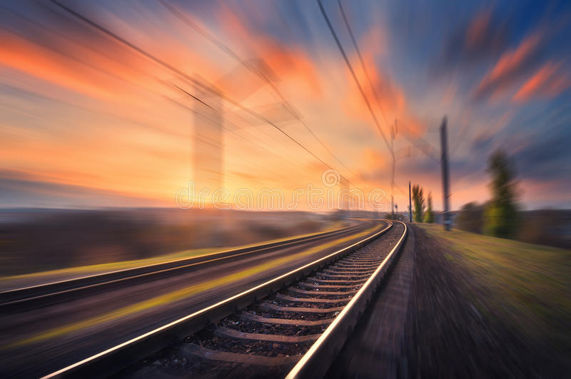 Ferrovia nel moto al tramonto Stazione ferroviaria vaga immagine stock