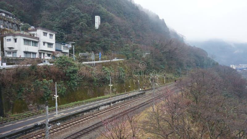 Ferrovia in pendio di collina nel Giappone immagini stock libere da diritti