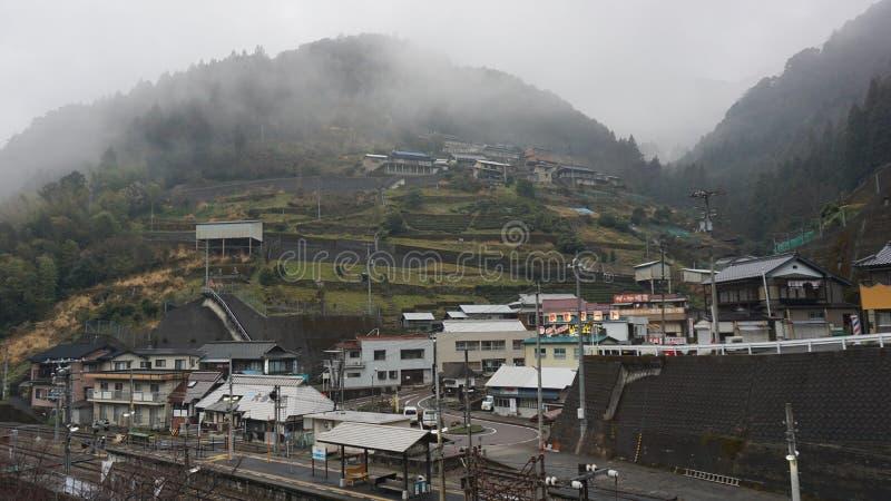 Ferrovia in pendio di collina nel Giappone fotografie stock libere da diritti