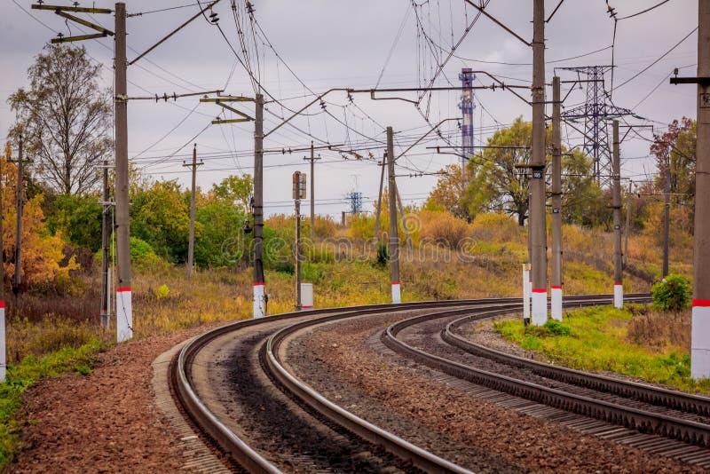 Ferrovia russa Le traversine delle rotaie contattano la rete viaggio Ferrovia nella caduta fotografia stock libera da diritti