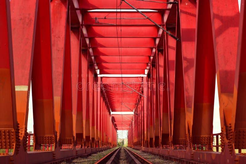 Ferrovia su un ponte rosso del metallo immagine stock libera da diritti