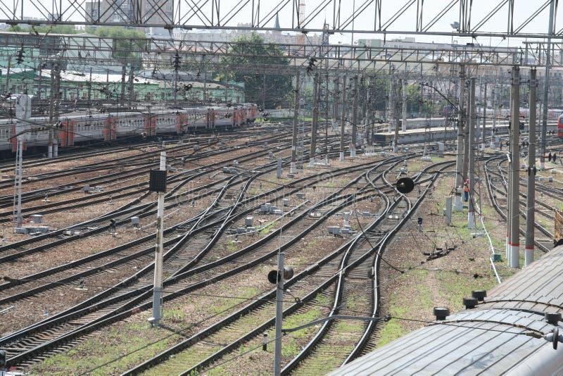 Ferrovia vicino alla stazione ferroviaria immagini stock libere da diritti