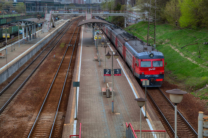 Ferrovie del treno sul binario Russo RailwaysRZD Ferrovia suburbana fotografia stock