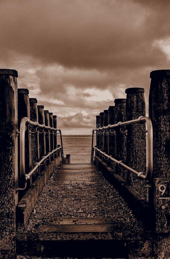 Ferrovie e scalini Eastbourne Beach Sussex sepia immagini stock libere da diritti