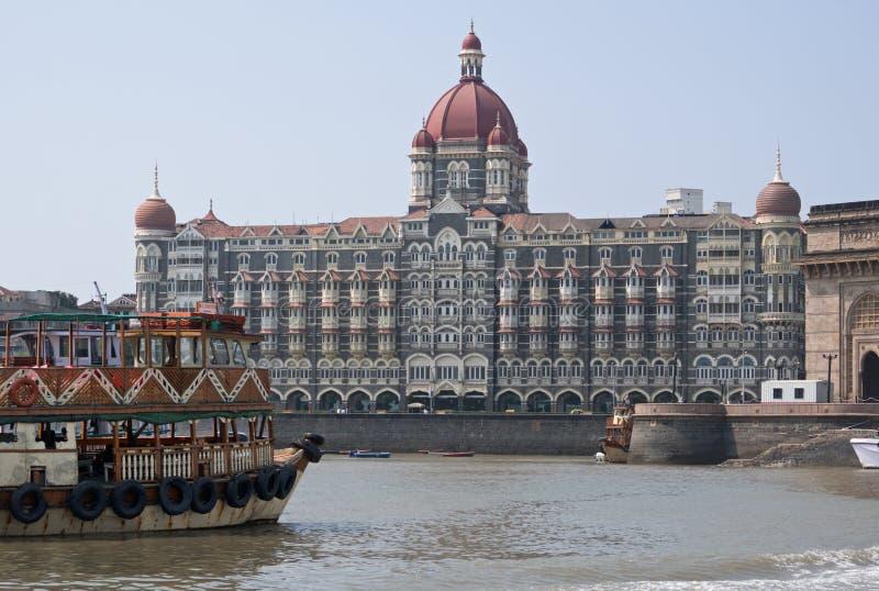 Ferrry en Mumbai-oriëntatiepunt royalty-vrije stock foto's