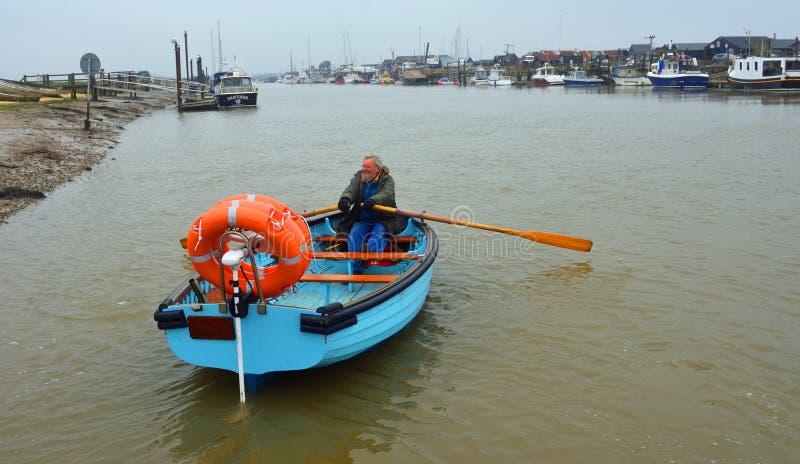 Ferry attraverso il fiume Blyth fra Warbleswick e la Suffolk di Southwold immagine stock
