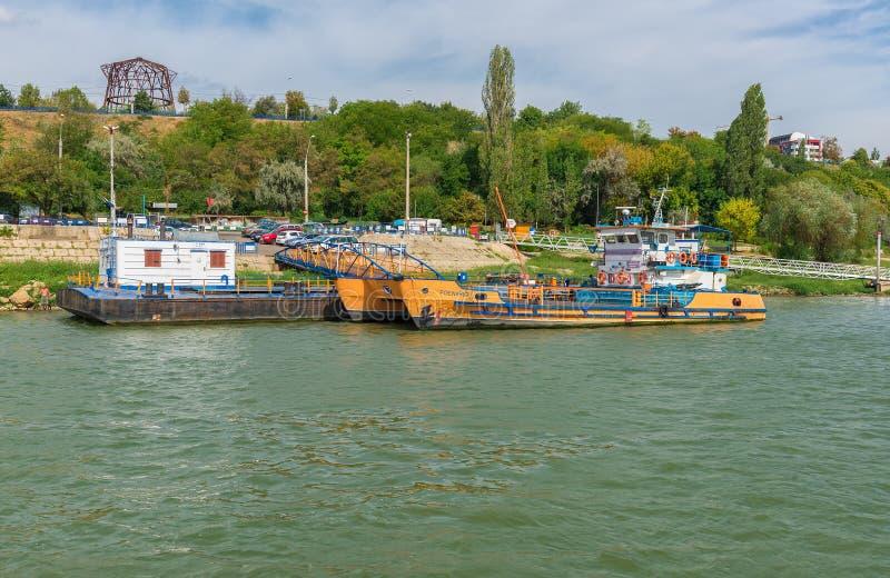 Ferry-boat accouplé attendant des passagers pour croiser le Danube image stock