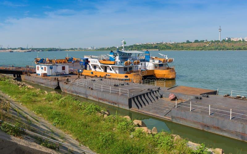 Ferry-boat accouplé au rivage de Braila image libre de droits