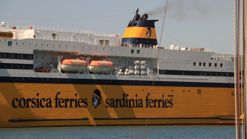 Ferry-boat ancré dans le port de Livourne photos stock