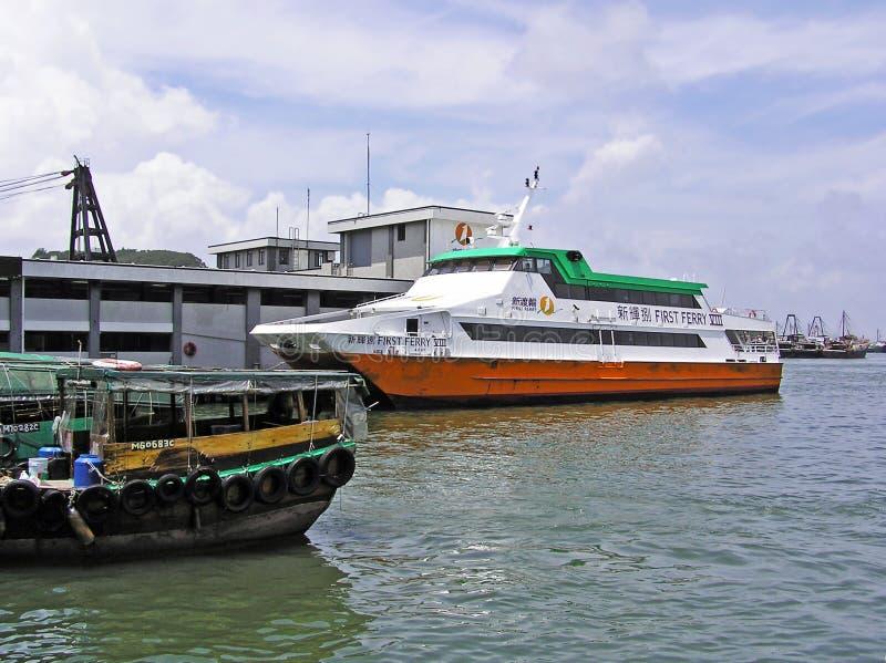 Ferry-boat au pilier en Cheung Chau images stock
