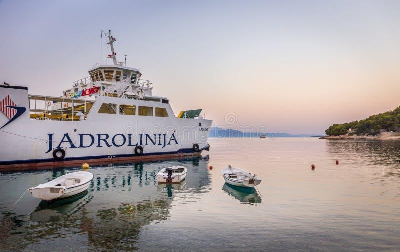Ferry-boat au village de Drvenik, Croatie photo stock