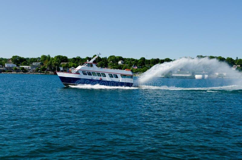 Ferry-boat conduisant à vitesse normale sur le lac photo stock