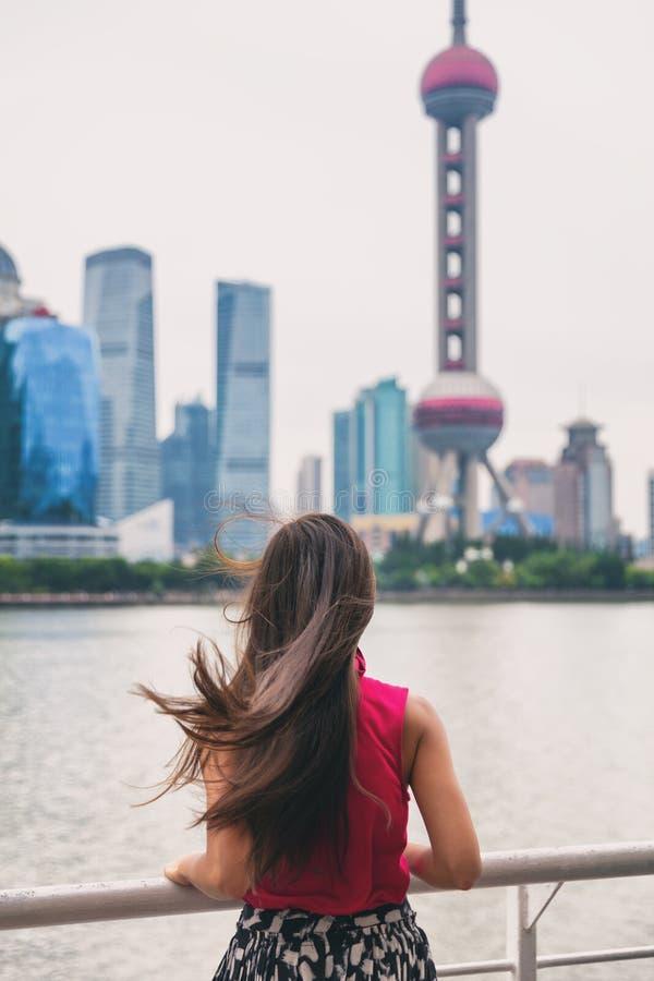 Ferry-boat de ville de Changhaï sur le point de repère oriental guidé de touristes de tour de la perle TV de femme de voyage de b image stock