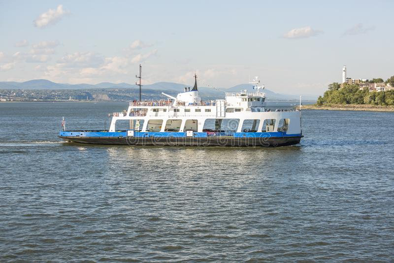 Ferry-boat en rivière à Québec avec le ciel bleu image libre de droits