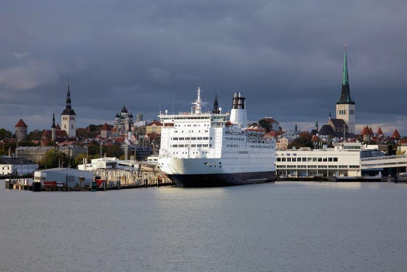 Ferry-boat et ville de Tallinn vieille, Estonie images libres de droits