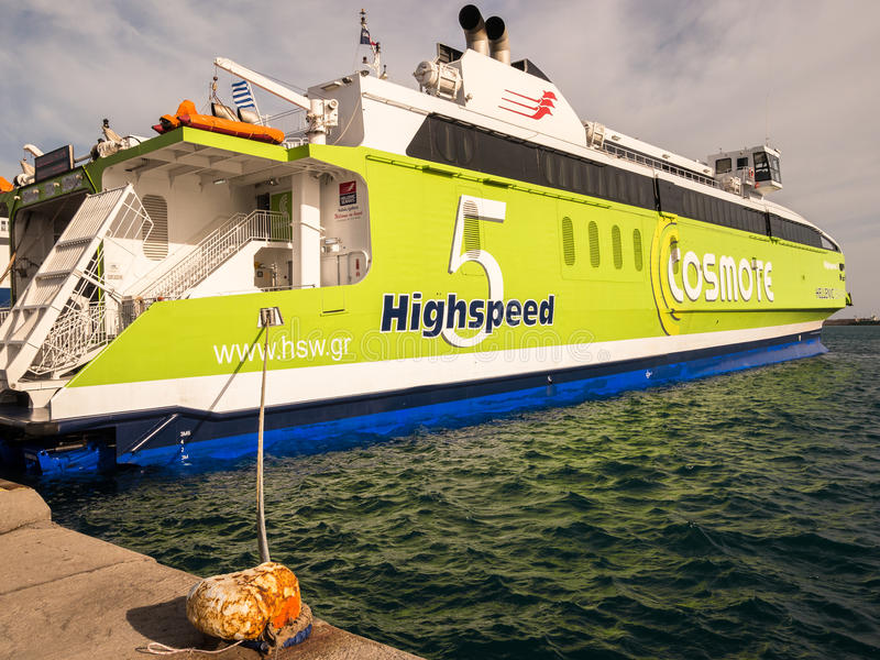 Ferry-boat transportant des passagers à grande vitesse dans le port de Héraklion photos libres de droits