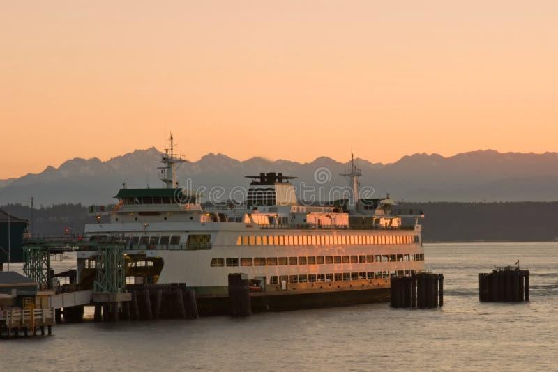 Ferry-boat transportant des passagers au coucher du soleil photo libre de droits