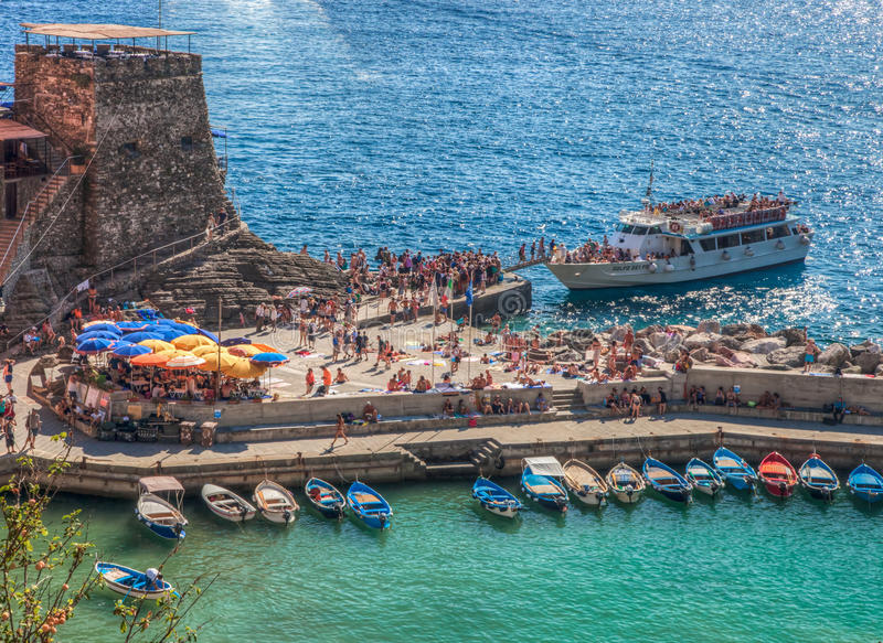 Ferry-boat transportant des passagers chez Vernazza, Italie images stock