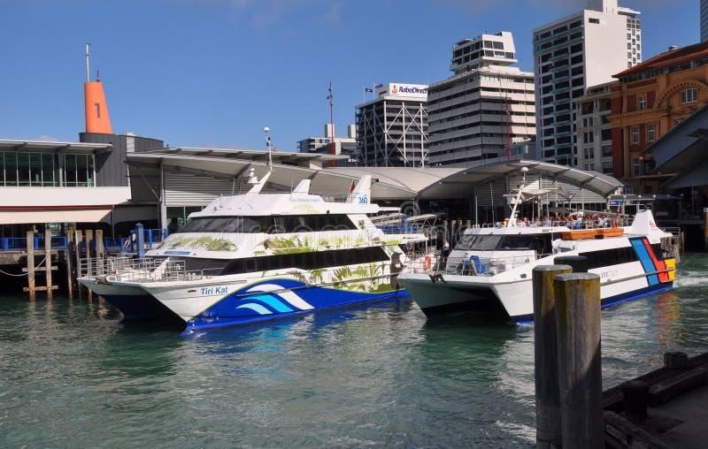 Ferry-boats laissant le quai d'Auckland, Nouvelle Zélande image stock
