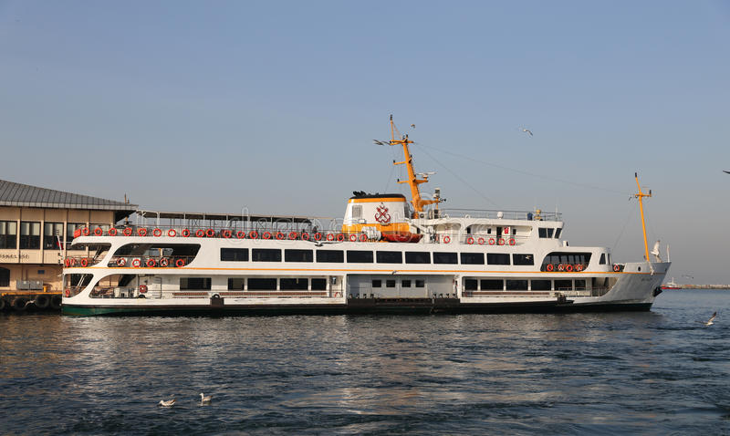 Ferry dans le port de Kadikoy, Istanbul photographie stock libre de droits