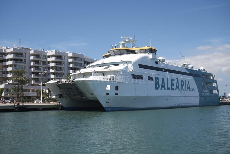 Ferry de Balearia dans Ibiza photos libres de droits