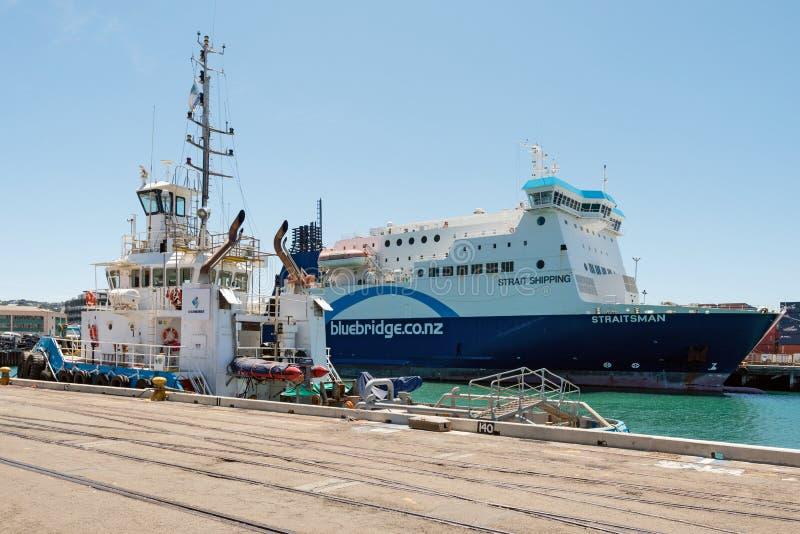 Ferry de Bluebridge ancré dans le port de Wellington, Nouvelle-Zélande photographie stock