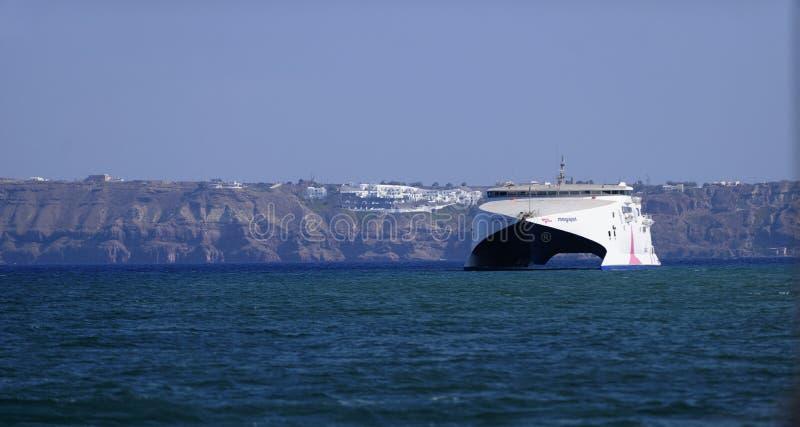 Ferry de catamaran de Seajet dans Santorini images libres de droits