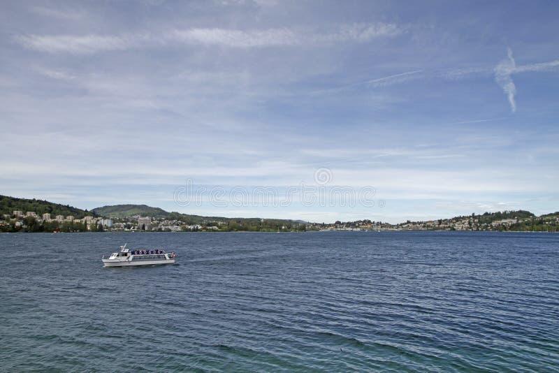 Ferry de touristes sur le lac suisse Lucerne photographie stock