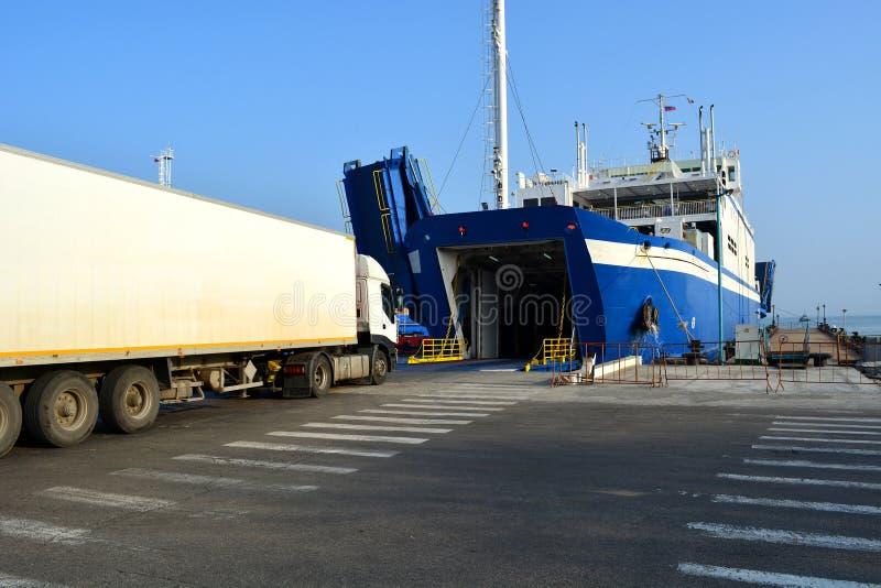Ferry de véhicule de chargement dans le port de la Crimée images stock