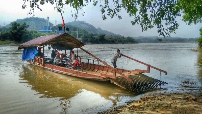 Ferry en bois sur la rivière au Vietnam du Nord photographie stock
