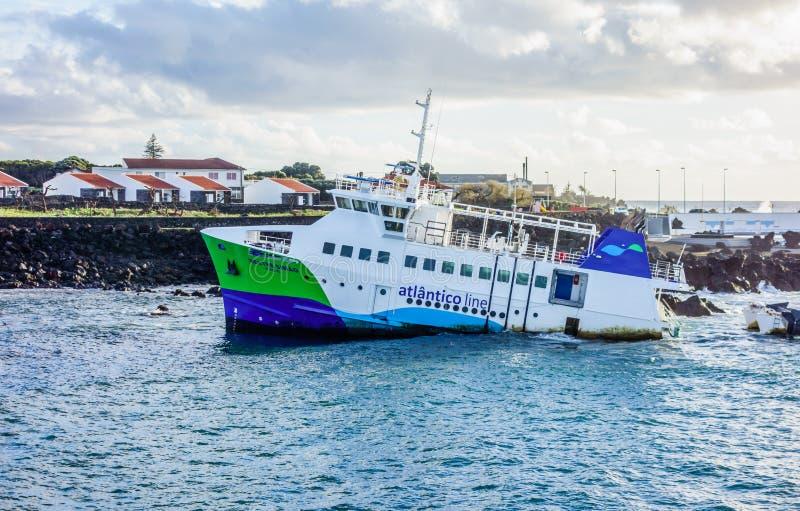 Ferry en partie descendu près de l'entrée de port images stock