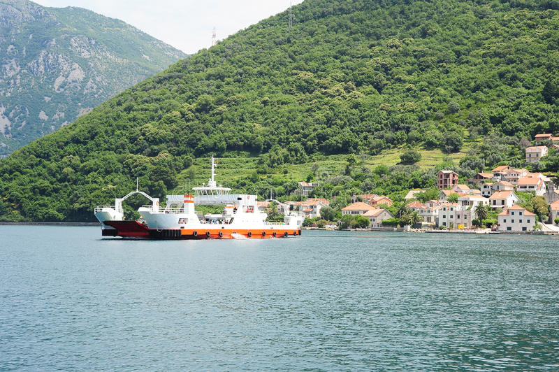Ferry entre Kamenari e Lepetane na baía de Kotor imagem de stock