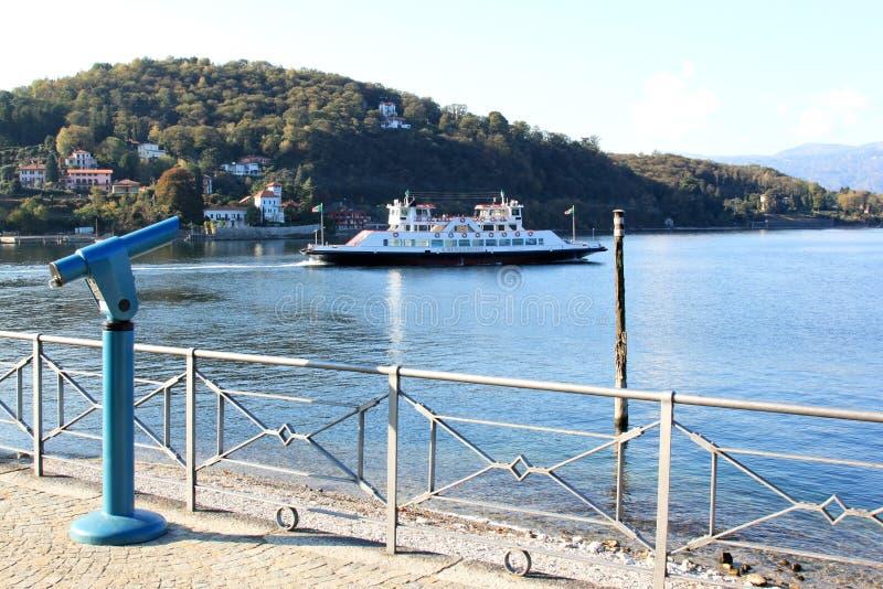 Ferry il lago Maggiore degli incroci in Laveno, Italia immagini stock libere da diritti